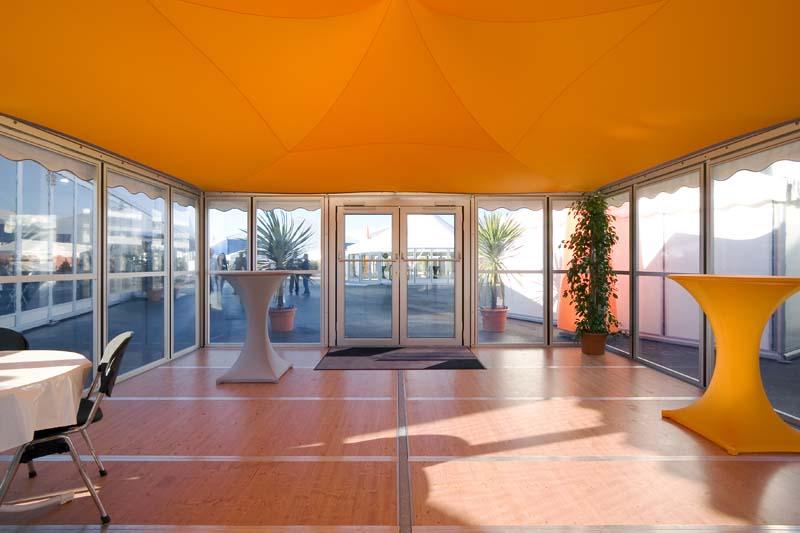 Innenansicht eines Festzeltes mit Bodenprofilen - © Losberger GmbH