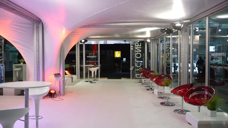 Innenansicht eines Festzeltes mit indirekter stimmungsvoller Beleuchtung - ©Losberger GmbH