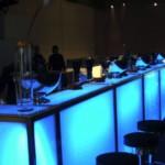 Beleuchtete Bar mit Barhockern für Ihr individuelles Event