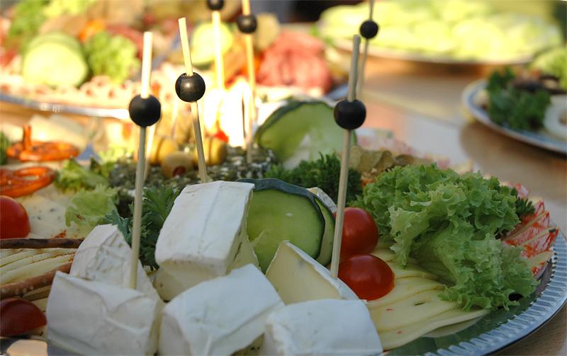 Catering - bunte Käseplatte und Oliven