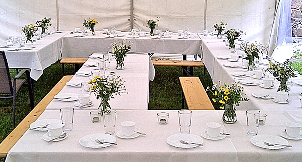 Festliche Biertischgarnituren für Hochzeit im Grünen